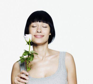 Gül güzeli olun  Çiçeklerin en anlamlısı olarak bilinen, güzelliğiyle küsleri barıştıran, aşıkları kavuşturan gül, sadece anlamlı bir çiçek değil aynı zamanda güzelliğin de vazgeçilmez bitkilerinden. Ana vatanı Anadolu, İran ve Çin olan gülün, suyu ve yağı, parfüm ya da yiyeceklerde de kullanılıyor.  Anadolu'nun gül diyarı olarak bilinen Isparta - Burdur civarında gül ziraatının 120 yıllık bir geçmişi var. Buradan elde edilen gül yağı ve gül suyu, dünya piyasasına yüksek değerden satılıyor.